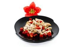 与红色辣椒的果实立方体的新鲜的切的鸡肉 免版税库存照片
