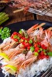 与红色辣调味汁和绿色芦笋的烤红色阿根廷虾 库存照片