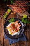 与红色辣调味汁和绿色芦笋的烤红色阿根廷虾 库存图片