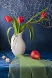 与红色郁金香和红色梨的静物画 免版税库存图片