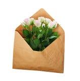 与红色郁金香的被打开的工艺纸信封开花 库存照片