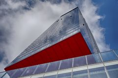 与红色部分的现代大厦 免版税库存照片