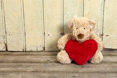 与红色重点的逗人喜爱的玩具熊 库存照片
