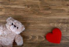 与红色重点的逗人喜爱的玩具熊 库存图片