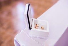 与红色金子的婚戒 图库摄影