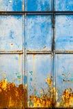 与红色铁锈的织地不很细蓝色墙壁 免版税库存图片