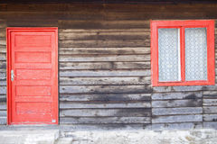 与红色门和视窗的背景 免版税库存图片