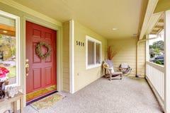 与红色门的宽敞入口门廊 免版税图库摄影