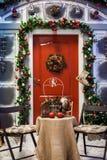 与红色门的门廊与圣诞节花圈 库存图片