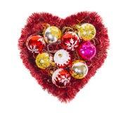 与红色闪亮金属片,球,被隔绝的新年装饰的圣诞节心脏 库存照片