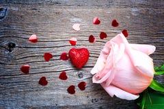 与红色闪烁心脏和桃红色玫瑰的情人节概念 免版税图库摄影