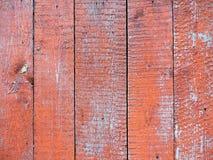 与红色雪片油漆的被风化的老木纹理 免版税库存图片