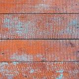 与红色雪片油漆的被风化的老木纹理 库存图片