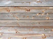 与红色雪片油漆的被风化的老木纹理 免版税库存照片