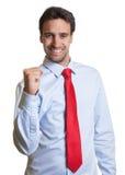 与红色领带的拉丁商人是愉快的 库存图片