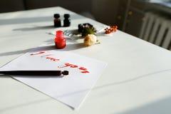 与红色题字的好的书法卡片我爱你在白色 免版税库存图片