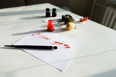 与红色题字的好的书法卡片我爱你在白色 图库摄影