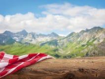 与红色餐巾的空的木桌 免版税库存照片