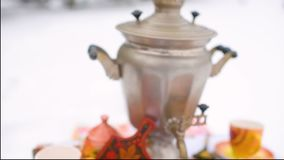 与红色鱼子酱特写镜头的薄煎饼在欢乐桌的背景 狂欢节的庆祝在俄罗斯 股票视频