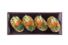 与红色鱼子酱装饰的开胃炸玉米饼开胃菜 在白色背景的开胃菜 免版税库存图片