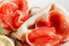 与红色鱼特写镜头的纤巧薄煎饼 免版税库存照片