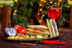与红色鱼的三明治在有菜和玻璃的一块板材  免版税库存图片