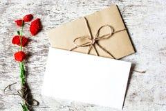 与红色鸦片野花的空白的白色贺卡  免版税库存照片
