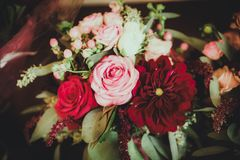 与红色,桃红色和白花的大丽花花束 免版税库存图片