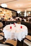 与红色,白色和布朗装饰的圆的餐馆表 免版税库存图片