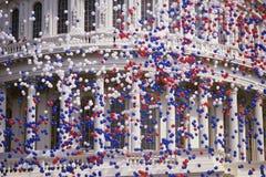 与红色,空白和蓝色气球的国会大厦大厦 库存图片
