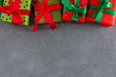 与红色,绿色丝带的颜色盒包裹圣诞节的,新年 免版税库存图片