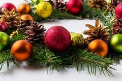 与红色,绿色,橙色和黄色装饰品的圣诞节花圈 库存图片