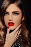 与红色嘴唇的魅力美好的性感的时髦的模型 图库摄影