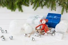 与红色猴子和礼物盒的新年构成 库存图片