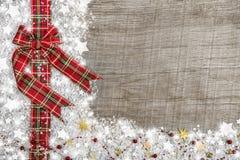 与红色绿色的乡村模式的圣诞节背景检查了丝带 库存图片