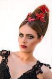 与红色蝴蝶的白肤金发的时装模特儿女孩画象在她的头发 库存照片