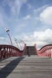 与红色细长立柱的弯曲的楼梯在蓝天 库存照片