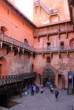 与红色bricka墙壁的特拉凯城堡 中世纪大厦 图库摄影