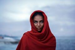 与红色paranja的美丽的印地安女性画象 库存照片