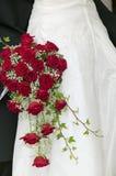 与红色roses.GN的婚礼花束 库存图片