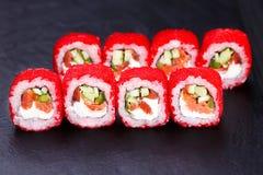 与红色tobiko的可口寿司卷在黑板岩,克洛服务 免版税库存照片