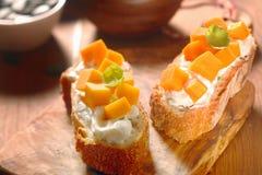 与红萝卜裁减的提取乳脂的敬酒的面包 免版税图库摄影