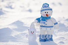 与红萝卜鼻子的小的雪人。 免版税库存照片