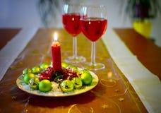 与红葡萄酒和圣诞节装饰的酒杯 免版税库存照片