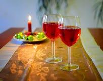 与红葡萄酒和圣诞节装饰的酒杯 库存照片