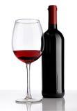 与红葡萄酒瓶的玻璃在白色背景 库存照片