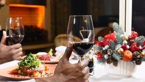 与红酒和盘的新年欢乐桌 庆祝在餐馆 特写镜头被射击男性aro美国人手 股票录像
