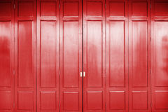 与红颜色和背景的木门 免版税库存图片