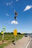 与红绿灯太阳电池板的行人交叉路 免版税库存图片