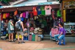 与纪念品的亚洲零售摊位在旅游区 库存照片